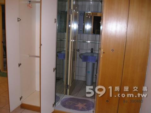 主卧室内小卫浴及衣柜