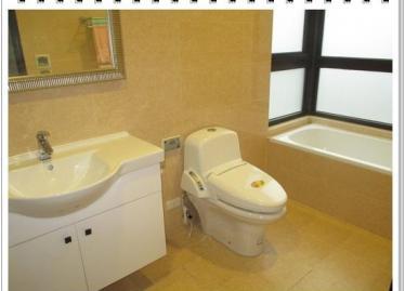 主臥衛浴有對外窗